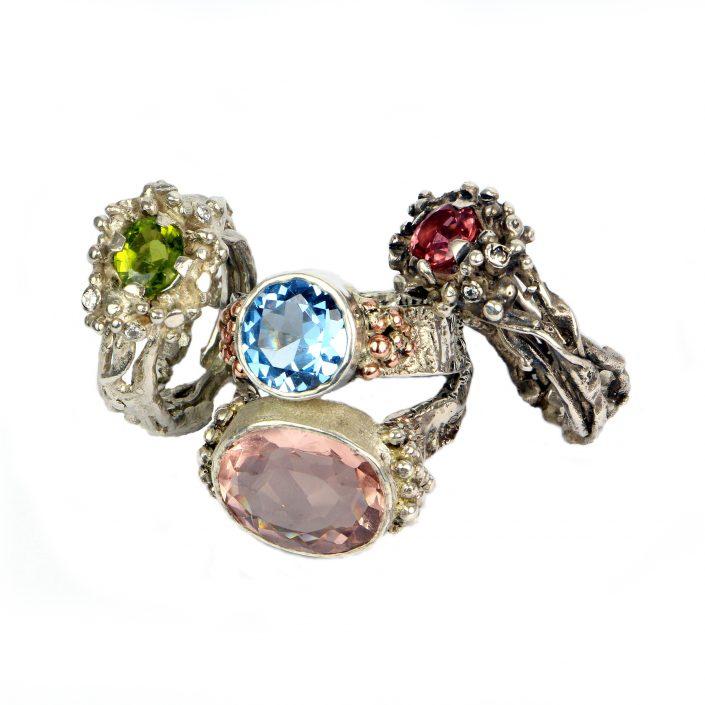 Barviti plemeniti kamni v srebrnem nakitu oblikovalke Lare Podvršič. Foto: Lara Podvršič