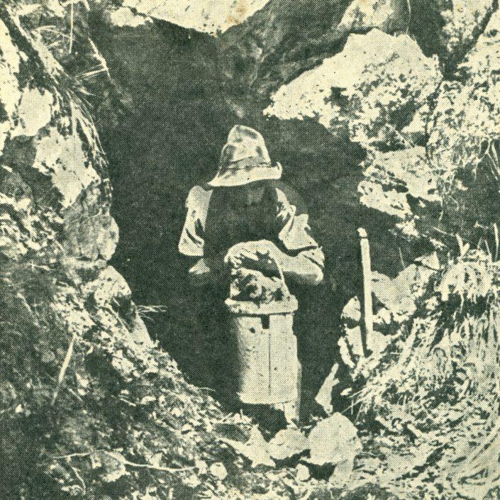 Rekonstrukcija rudarstva na Jelovici iz časa obratovanja fužin v Kropi in Kamni Gorici. Janez Legat iz Krope kot rudar z vedrom železove rude pred rudno jamo na Jelovici, ki se konča 60 metrov globoko, na fotografiji Marjana Pfeiferja iz leta 1936. Foto: Fotodokumentacija Kovaškega muzeja v Kropi
